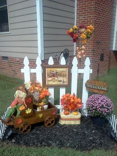 Getting ready for fall with my decorated fences out front :) Fall Yard Decor, Fall Home Decor, Fall Decorations, Autumn Decorating, Porch Decorating, Picket Fence Decor, Garden Crafts, Yard Art, Fall Crafts