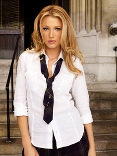 Serena van der Woodsen (Blake Lively) is the lead character of Gossip Girl and quite possibly the sexiest private school girl in the. Gossip Girls, Estilo Gossip Girl, Chuck Bass, Blonde Actresses, Hot Actresses, Blair Waldorf, Actrices Blondes, Estilo Glam, Jenny Humphrey
