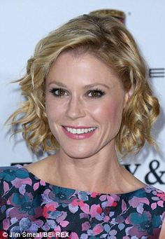 Stylish stars: Julie Bowen (pictured) and Kerry Washington have both been seen modeling the wob in recent weeks Celebrity Hairstyles, Bob Hairstyles, Lawrence Taylor, Hot Haircuts, Shaggy Bob, Julie Bowen, Wavy Bobs, Long Bob, Modern Family