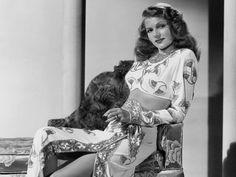 Avec sa longue chevelure rousse et sa silhouette de rêve, Rita Hayworth fut le sex-symbol le plus universel de l'après-guerre. Mais il y avait maldonne... Récit d'un malentendu tragique.