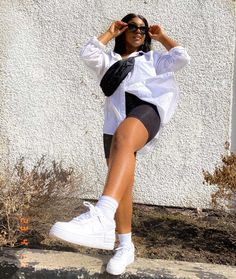 looks com tênis nike air force 1 branco bermuda ciclista camisa branca Oversized White T Shirt, Oversized Shirt Outfit, Camisa Oversized, Oversized Button Down Shirt, Cute Girl Outfits, Short Outfits, Trendy Outfits, Boyfriend Shirt Outfits, Button Down Outfit