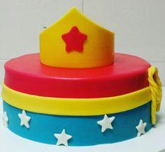 Bolo Mulher Maravilha - bolos da Lu Www.facebook.com/bolosdalumariano
