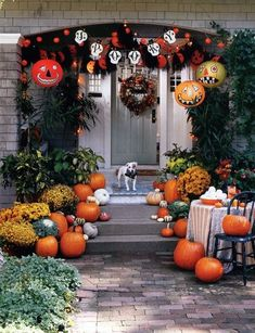 40 Scary And Spooky Porch Decoration Ideas For The Coming Halloween 40 Scary And Spooky Porch Decoration Ideas For The Coming HalloweenTreat or trick? Hello everyone, the Halloween is coming soon. Spooky Halloween, Halloween Veranda, Halloween Porch, Halloween Yard Decorations, Holidays Halloween, Halloween 2018, Halloween Crafts, Vintage Halloween, Outdoor Halloween