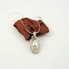 Collier/ pendentif blanc, pendentif argenté, perle goutte blanche en cage, wire wrapping, fil métallique argenté, mariage.