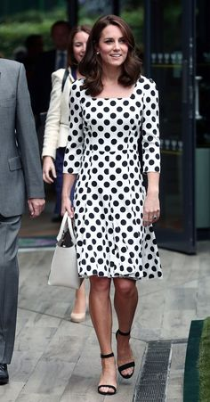 Kate Middleton Debuts Short Haircut At First Day of Wimbledon Championships!: Photo Kate Middleton has debuted her brand new summer 'do! The Duchess of Cambridge showed off her new, much shorter hairstyle as she joyously made her… Pippa Middleton, Kate Middleton Wimbledon, Looks Kate Middleton, Wimbledon 2017, Wimbledon Tennis, Duchess Kate, Duchess Of Cambridge, Prince William And Kate, Royal Fashion