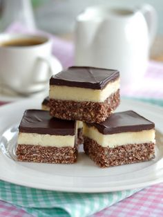 Nanaimo Bars — The Canadian Treat Canada is home to some seriously good treats. These Nanaimo squares from British Columbia are hard to resist!Canada is home to some seriously good treats. These Nanaimo squares from British Columbia are hard to resist! Fun Desserts, Delicious Desserts, Dessert Recipes, Yummy Food, Italian Desserts, Canadian Cuisine, Canadian Food, Canadian Recipes, Yummy Treats
