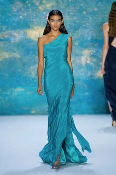 The Clothes: We've come to love and adore Monique Lhuillier's frothy red carpet looks, from her tulle ballgowns to her dreamy lacy dresses. But this s