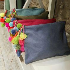 ¿Y si le damos al verano más color del que ya tiene? Adoramos nuestros bolsos con pompones ...