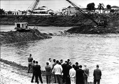 Acervo/Estadão - Desassoreamento do rio Tietê, na altura da antiga ponte da Vila Anastácio, que foi demolida para a passagem de águas em 1961
