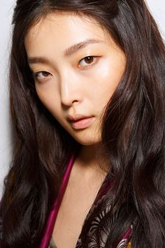 Consider these fresh beauty looks for summer at @stylecaster | subtle lash liner, highlighter