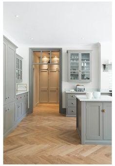 Grey Shaker Kitchen, Classic Kitchen, Shaker Kitchen Cabinets, Kitchen Cabinet Design, Rustic Kitchen, Kitchen Ideas, Country Kitchen, Diy Kitchen, Kitchen Tips