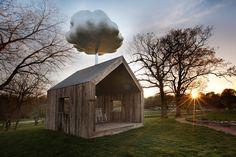 Boven dit huis hangt een enorme wolk. Als er bezoekers in het huis zijn, dan valt er waarschijnlijk regen. Cloud House is een bijzonder ontwerp van kunstenaar Matthew Mazzotta.