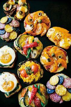 ヨコスカ・ブランドのパン屋さん 三方を海に囲まれた三浦半島。その自然の恵みをひとつの形にしたパンが横須賀で人気を呼んでいる。色とりどりの地元野菜をゴロンとのせた総菜パンが看板メニューの「soil」。農家をつなげて、ヨコスカ・ブランド商品をつくったお話です。 小さなパンで地元・横須賀の野菜を語る 店の厨房を開けるのは早朝4時。毎日、野菜の声に耳を傾ける。それから、「本日のパン」のメニューを考える。「県立大学」駅の改札を出ると、香ばしい匂いが海風に乗ってふわりとやって来た。駅に直結しているパン屋「soil by HOUTOU BAKERY」は2016年1月にオープン。パン職人の小森俊幸さんは、採れたての横須賀野菜を手に、煮る・蒸す・焼くなど、素材を活かした野菜のレシピに日々奮闘している。パンの仕込みに加えて野菜の仕込みもあるため、1種類の商品をつくるのに半日以上かかることも。大量生産はできないが、野菜の旬や仕上がりに合わせてつくるパンは一期一会。日常をカラフルに彩って、ちょっぴり幸せな気持ちにしてくれる。…