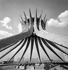 Catedral Metropolitana Nossa Senhora Aparecida, com a Esplanada dos Ministérios ao fundo, c. 1960 - Brasília, DF