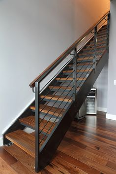 Modern Staircase Design Ideas - Modern stairs are available in numerous styles and designs that can be real eye-catcher in the various location. We've put together best 10 modern versions of stairs that can offer. Metal Stair Railing, Interior Stair Railing, Stair Railing Design, Home Stairs Design, House Design, Railings, Metal Barn Homes, Metal Building Homes, Escalier Design