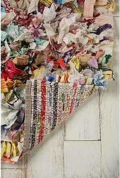 another rug from Urban Outfitters - I wonder how they made this? I like the scrappy look, and have plenty of cotton quilt fabrics that would work for this.l Teppich weiß Scarf Strips Rag Shag Rug Homemade Rugs, Rag Rug Tutorial, Classic Rugs, Recycled Fabric, Cotton Quilts, Rug Hooking, Woven Rug, Fabric Scraps, Urban Outfitters