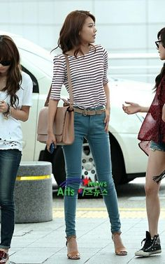 Sooyoung's long legs look good in those jeans. The whole outfit looks great :)