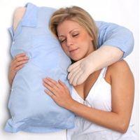 Cosa c'è di meglio che dormire abbracciati? In mancanza del partner, anche un cuscino a forma di braccio puòandare bene :)  #regalo #originale #cuscino #dormire
