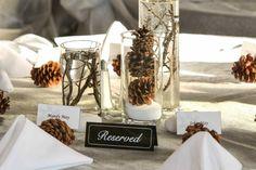 Hochzeit Tisch mit Windlichter voll Tannenzapfen und Zweige