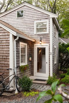 This cute 350 sq ft home is a redesigned cottage in Cape Cod. The home belongs to Washington DC-based interior designer, Christopher Budd. He bought the home in 2013 for him and his partner, Tom Lavash, as a weekend retreat. Christopher worked with Cape Associates Inc to transform the home into a comfortable and stylish retreat. The two-level home has a full kitchen...