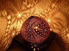 Rêve d'Andromède, lampe de table d'exception en noix de coco sculptée:      VENDUE/SOLD
