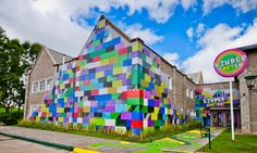 pretty neat facade for that kindergarten! School Building Design, School Design, Building Art, Cool Playgrounds, Street Art, Urban Ideas, Hunter Kids, Kindergarten Design, School Murals