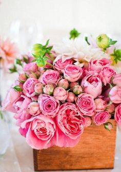 Gorgeous pink roses in a wooden box #roses #centerpiece #pink