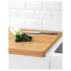 LÄMPLIG Chopping board IKEA The chopping board collects food juice in the milled groove and prevents it from spilling on to your countertop. Bamboo Art, Glass Cabinet Doors, Ikea Kitchen, Funky Kitchen, Barn Kitchen, Kitchen Stuff, Natural Materials, Bamboo Cutting Board, Knives