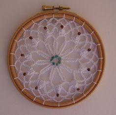 Uffffffff!!!!!!!!!!!!!!!!!!!! esto engancha mogollón!!!!!!!!!!!!! Me parecen preciosos todos, es para tener una pared llena de todos los c... Crochet Home, Crochet Crafts, Crochet Projects, Sewing Crafts, Crochet Lace Edging, Filet Crochet, Doily Patterns, Crochet Patterns, Crochet Dreamcatcher Pattern