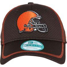 O manto é marrom, mas o capacete é laranja. É assim que se identifica uma das franquias mais veteranas da NFL. O Cleveland Browns tem sede da vitória, pois está em busca do seu primeiro Super Bowl. Se você acredita no poderio da equipe que é uma das representantes do lado norte da AFC, este boné, desenvolvido pela New Era, é indispensável.Boné New Era 940 Touchdown Tee Minus Cleveland Browns - NFL, aba curva;Composição: 100% poliéster;Divisão em gomos, furações na parte superior, fechamento…