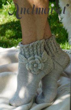 Hübsche Socken mit Blumenmuster Pretty socks with floral pattern – Knitting 2019 trend Crochet Mittens, Knitted Slippers, Knitted Bags, Knitting Socks, Baby Knitting, Knit Crochet, Knit Socks, Crochet Quotes, Knitting Projects