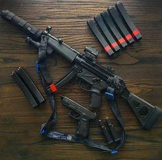 Guns and shit Airsoft Guns, Weapons Guns, Guns And Ammo, Zombie Apocalypse Weapons, Armas Airsoft, Submachine Gun, Custom Guns, Cool Guns, Assault Rifle
