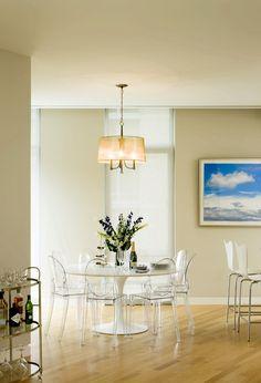 ghost chairs + saarinen table - me encantam. também a idéia de uma fotografia de céu... mas num poster.
