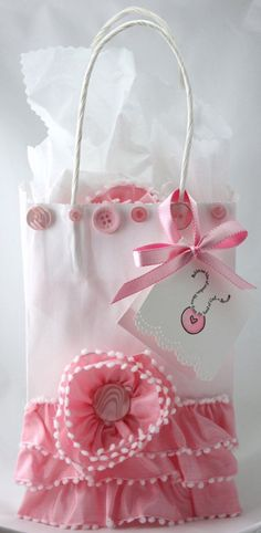 We should think about baby shower gift wrapping ideas when we want to bring our gifts to the baby shower. Pretty Packaging, Gift Packaging, Packaging Ideas, Girly Gifts, Cute Gifts, Diy Sac Cadeau, Wrapping Ideas, Gift Wrapping, Baby Shower Gifts