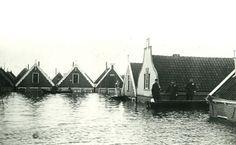 Oneindig Noord-Holland / Volendam tijdens watersnood 1916 In de nacht van 13 op 14 januari 1916 werd Noord-Holland door een grote watersnood getroffen. Tijdens een zware noordwesterstorm braken overal langs de Zuiderzee de dijken. Heel Waterland, de oostzijde van de Zaanstreek en de Anna Paulownapolder verdwenen onder het zoute water. Op het eiland Marken verdronken 16 mensen. Dit schilderij door Maurice Sijs geeft een treffend beeld van het overstroomde Volendam.