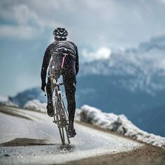 Preciosa imagen de  @pocispix_andy para @sportful ❄  La nieve desecha al paso de la rueda   #ciclismoepico  ▫▫▫ #ciclismo #cycling #cyclist #ciclista #bici #roadcyling #cyclinglife #cyclingshots #sportful #ciclismodemontaña #roadslikethese #outsideisfree #stravacycling #vscocam #lightbro #instacycling #igerscycling #wymtm #purecycling #procycling #iamspecialized #pedaleando #cyclinglove