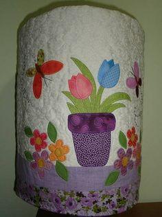 Capa para galão de água, com aplicações em tecidos importados. Cores e aplicações podem variar de acordo com seu gosto R$ 79,87