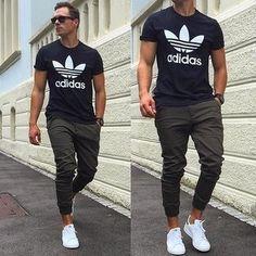 Ein schwarzes und weißes bedrucktes T-Shirt mit einem Rundhalsausschnitt und eine Jogginghose sind das Outfit Ihrer Wahl für faule Tage. Fühlen Sie sich mutig? Komplettieren Sie Ihr Outfit mit weißen niedrigen Sneakers.