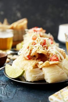 Nicaraguan Vigoron is boiled yuca (cassava root), topped with crispy pork rinds and a cabbage and tomato slaw. It& great as an appetizer or light dinner! Pollo Animal, Real Food Recipes, Vegetarian Recipes, Diabetic Recipes, Easy Recipes, Nicaraguan Food, Dinner Party Recipes, Dinner Ideas, Meals