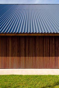 Gutter colour/match with wood Roof Cladding, Timber Cladding, Barn House Conversion, Metal Garage Buildings, Detail Architecture, Contemporary Cabin, Architectural Materials, Tin House, Colour Match