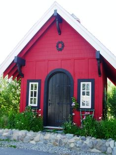 Love this garden shed, the colors are pretty together, their my colors. Must be in a cold country, see all the ice piled across the front.