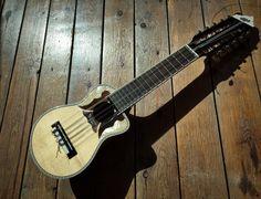 la música andina empiezó durante el periodo Inca. La quena es una flauta popular que se juega durante la estación seca. El charango es un instrumento de madera con cuerdas.