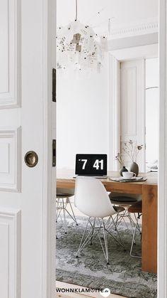 Altbau hat einen ganz besonderen Charme und ist für viele der absolute Wohntraum! Beim Einrichten einer Altbauwohnung gibt es einige Dinge zu beachten. Wir haben die schönsten Ideen und Inspirationen für die Gestaltung eines Altbaus zusammengestellt. Viel Spaß beim Lesen! Office Desk, Furniture, Home Decor, Glamour, Large Windows, Tall Ceilings, Reading, Desk Office, Decoration Home