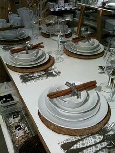 Knäckebröd som tallriksunderlägg och kanelstänger som dekoration på servetterna.