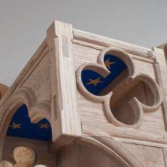The top part of the  #virginandchild shelf is finally complete! Blue sky painted on oak with #gilded stars. @treskjaererverkstedet - #gilding #gold #cabinetmaker #woodwork #medieval #oak #joinery #handmade #woodcarving #dowoodworking #donebyhand #gothic #treskjæring #middelalder #gotikk #gamlefornebu @fornebukultur de jafloi