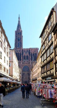 Straßburger Münster mit Touristenattraktikonen