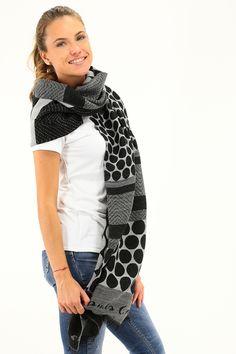 Sciarpa in lana e viscosa con fantasia a pois e frange sul fondo. COLORE: MD149 REPARTO: Abbigliamento STILISTA: MANILA GRACE
