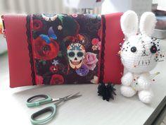 Pochette Cachôtin en simili rouge et imprimé crânes et fleurs cousue par Elodie - Patron Sacôtin