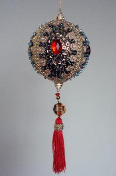 Pingente natalino confeccionado com bola de isopor e alfinetes, adornado com lantejoulas,pedrarias, cristais, miçangas, fitas e galões.