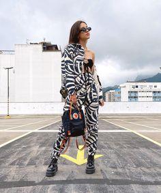 10 Looks estilosos sem estampa » STEAL THE LOOK French Outfit, Girl Fashion, Fashion Outfits, Ideias Fashion, Kimono Top, French Clothing, Clothes, Black, Tops